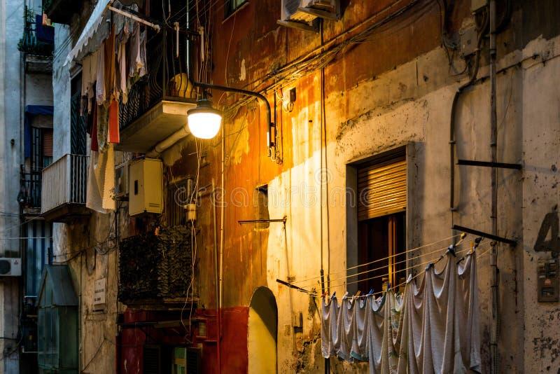 Opinión de la calle de la ciudad vieja en la noche de Nápoles imagen de archivo