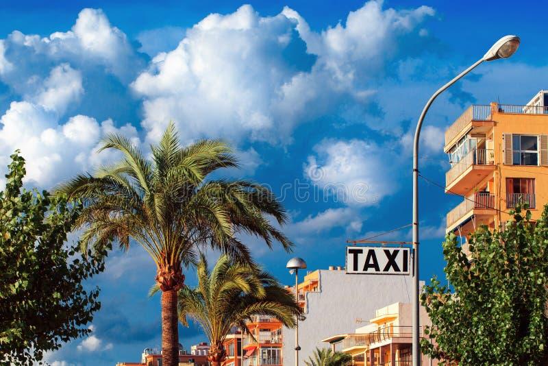Opinión de la calle de la muestra del taxi fotografía de archivo