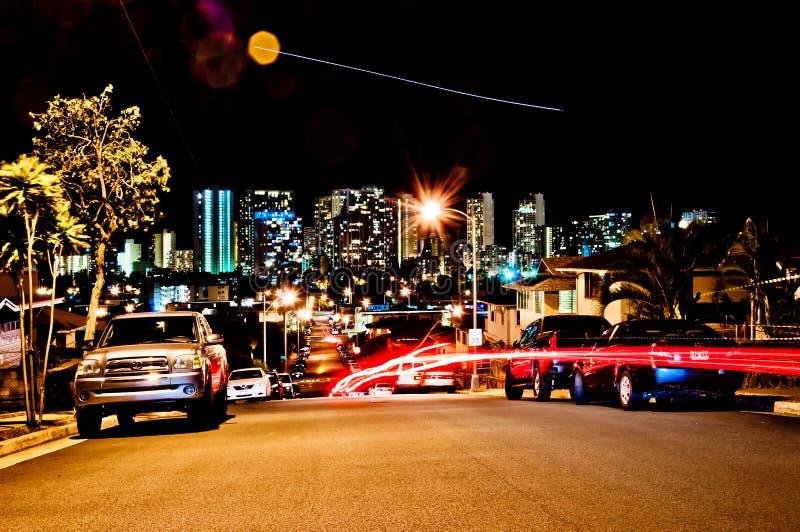 Opinión de la calle de la noche del horizonte de Honolulu imagenes de archivo