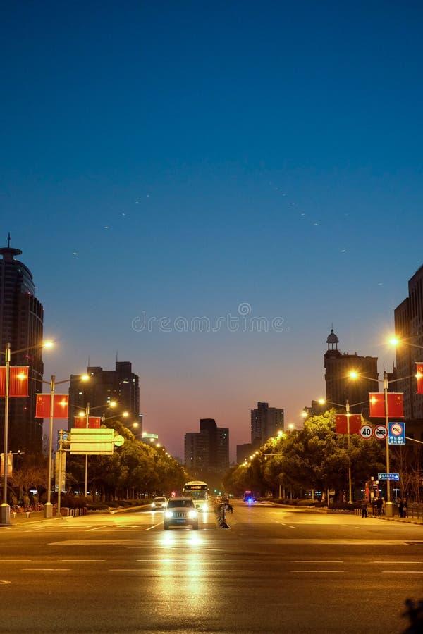 Opinión de la calle de los cruces en la noche imágenes de archivo libres de regalías