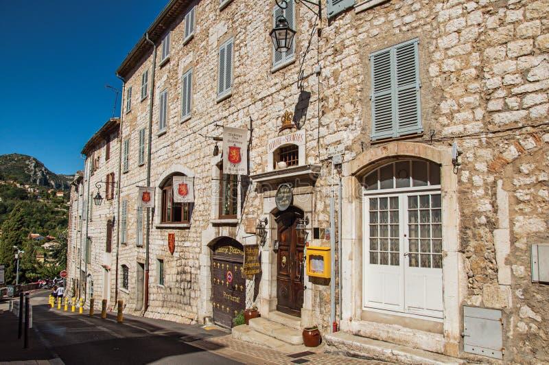 Opinión de la calle de los edificios y del parador de piedra en Vence foto de archivo libre de regalías