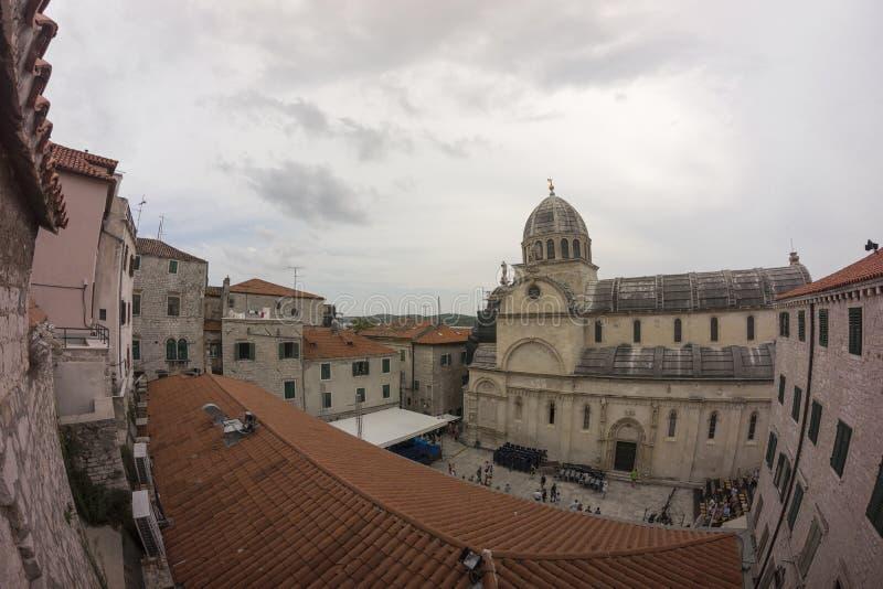 Opinión de la calle de Sibenik en Croacia imágenes de archivo libres de regalías