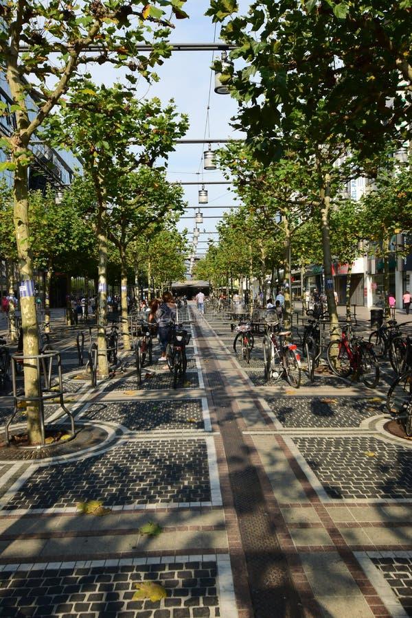 Opinión de la calle de ZEIL en Francfort en la tubería, Alemania imagenes de archivo
