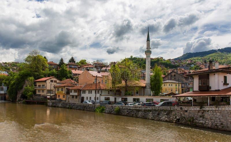 Opinión de la calle del río de Miriac en Sarajevo, Bosnia y Herzegovina, paisaje de la ciudad debajo de nublado foto de archivo libre de regalías