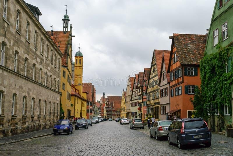 Opinión de la calle Dinkelsbuhl, una de las ciudades arquetipo en el camino romántico alemán fotos de archivo
