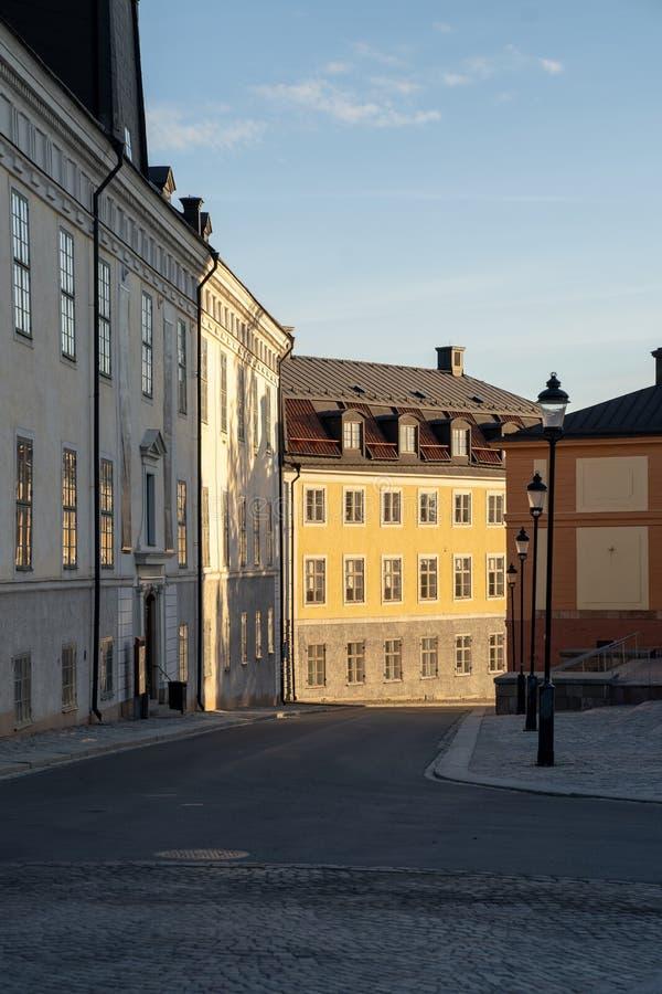 Opinión de la calle durante salida del sol en la ciudad de la universidad de Uppsala, Suecia fotografía de archivo
