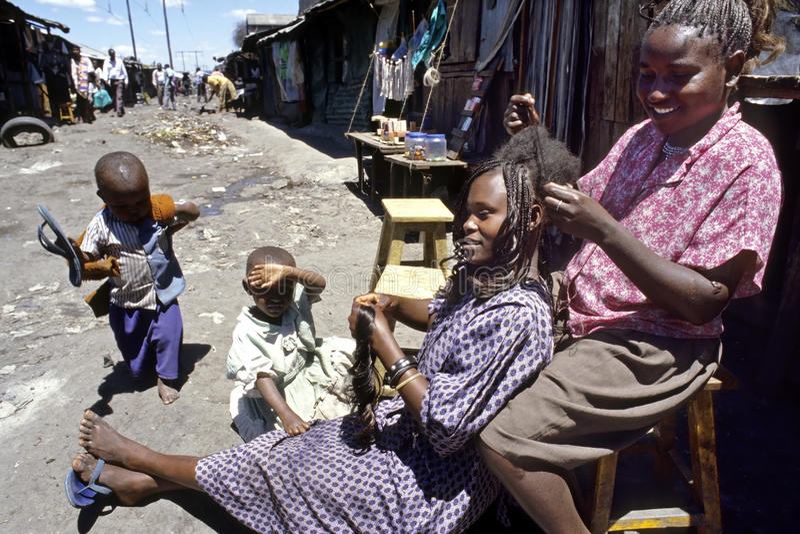 Opinión de la calle el peluquero y el cliente en los tugurios fotografía de archivo