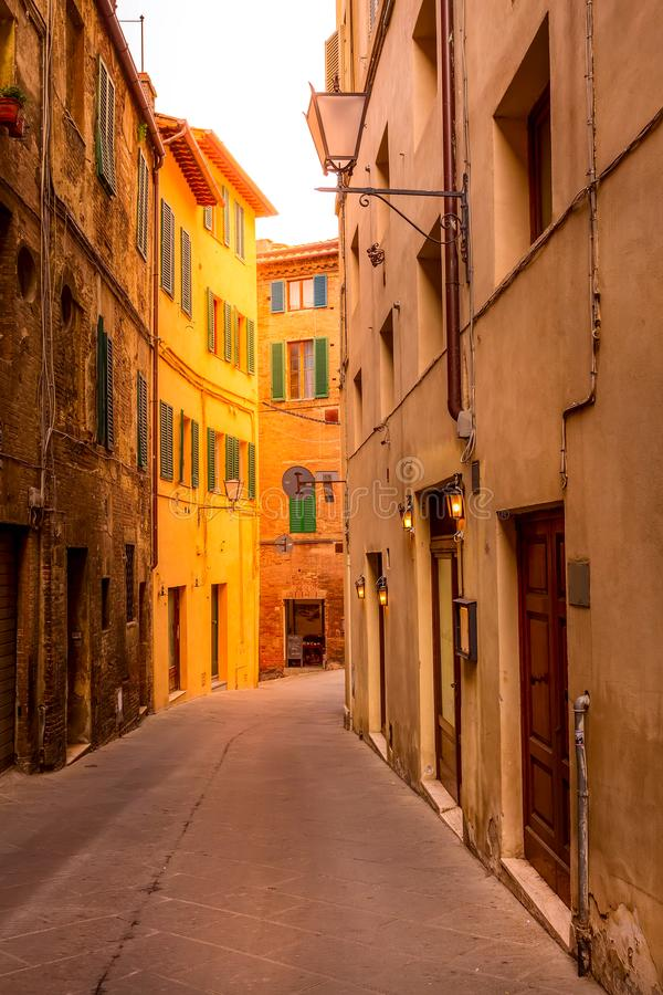Opinión de la calle en Siena, Italia con las casas medievales imagenes de archivo