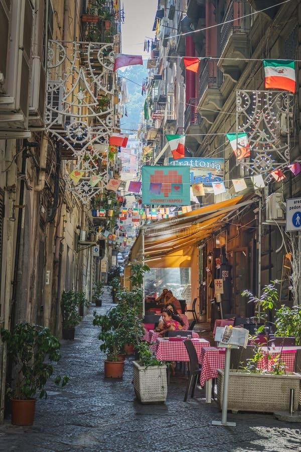Opinión de la calle en la vecindad española en Nápoles Italia 01 07 Italia 2018 fotografía de archivo