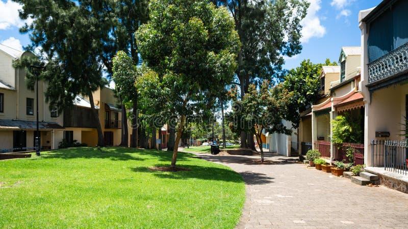 Opinión de la calle de Forbes del peatón con el jardín y los árboles en Woolloomooloo Sydney NSW Australia fotografía de archivo