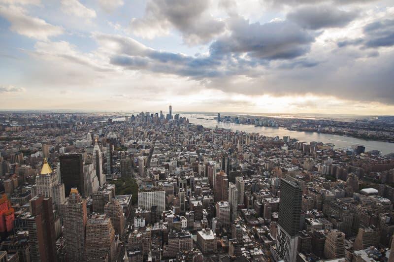 Opinión de la calle de Manhattan del Empire State Building en New York City fotografía de archivo libre de regalías