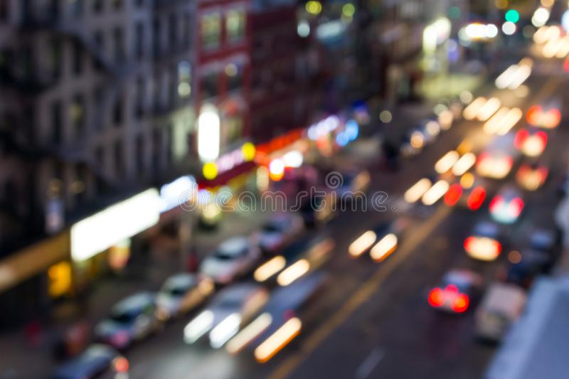 Opinión de la calle de New York City con las luces borrosas de la noche en directo frondoso la vecindad de Chinatown de Manhattan fotos de archivo libres de regalías