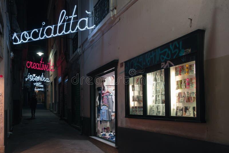 Opini?n de la calle de la noche de la ciudad vieja de G?nova fotografía de archivo