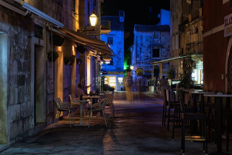 Opinión de la calle de la noche, ciudad vieja de Makarska, Croacia imagen de archivo libre de regalías