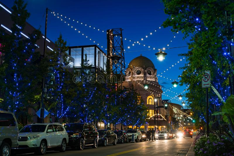 Opinión de la calle de la noche del distrito del poder y de la luz en Kansas City Missouri fotos de archivo libres de regalías