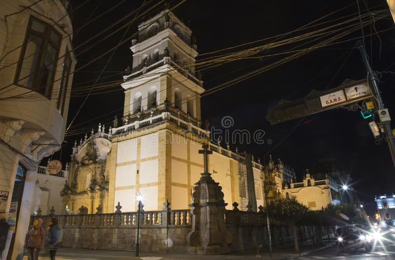 Opinión de la calle de la noche de Sucre con la catedral metropolitana fotos de archivo