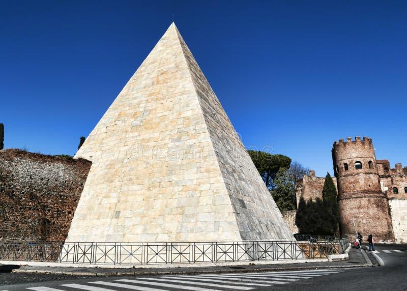 Opinión de la calle de Roma de la pirámide de Cestius vista del cuadrado de Ostiense fotos de archivo