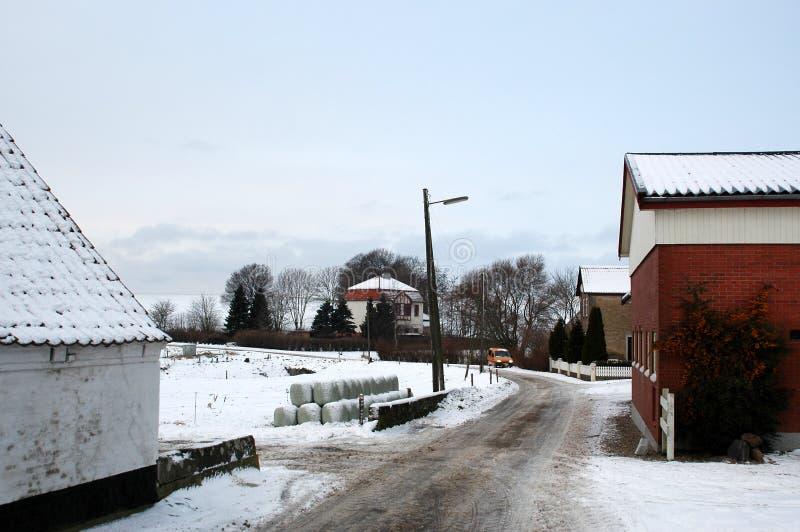 Opinión de la calle de un pueblo, el hombre del correo en su ronda imagenes de archivo