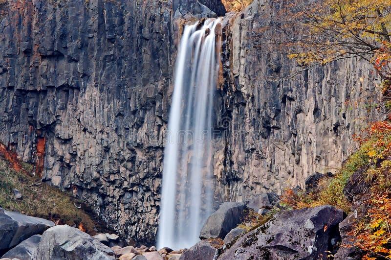 Opinión de la cascada en otoño foto de archivo