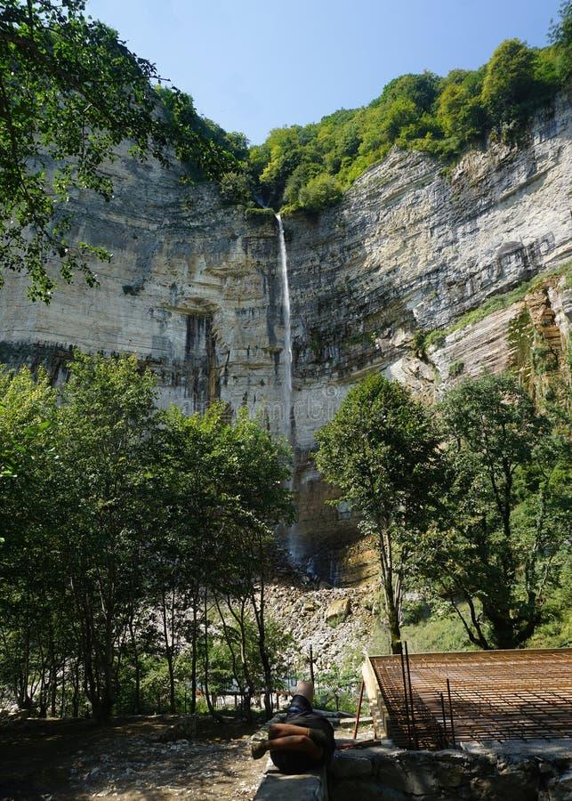 Opinión de la cascada de Kinchkha del contrario foto de archivo libre de regalías