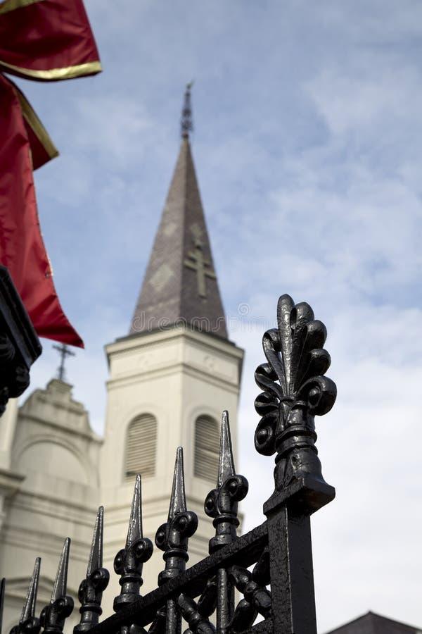 Opinión de la cerca del hierro labrado y de Louis Cathedral del santo imagenes de archivo