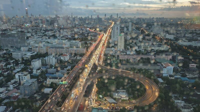 Opinión de la ciudad de Bangkok desde arriba del edificio por la tarde que llueve fotografía de archivo