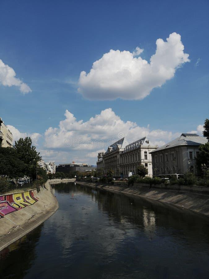 Opinión de la ciudad de Bucarest con el río y los edificios fotos de archivo