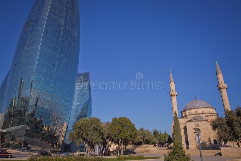 Opinión de la ciudad de la capital de Azerbaijan - Baku Torres famosas de la llama, mezquita y estación funicular fotos de archivo