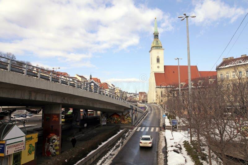 Opinión de la ciudad con la catedral de San Martín, Bratislava imagen de archivo