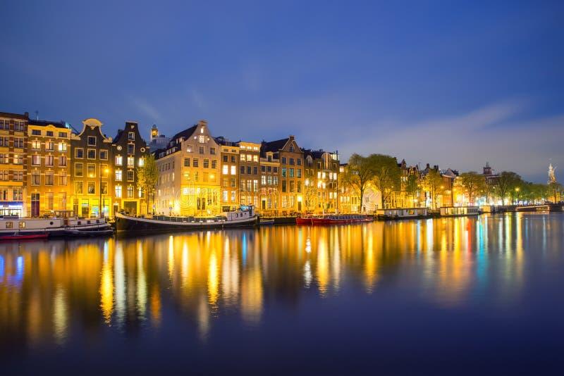 Opinión de la ciudad de Amsterdam de la noche de casas tradicionales holandesas foto de archivo libre de regalías