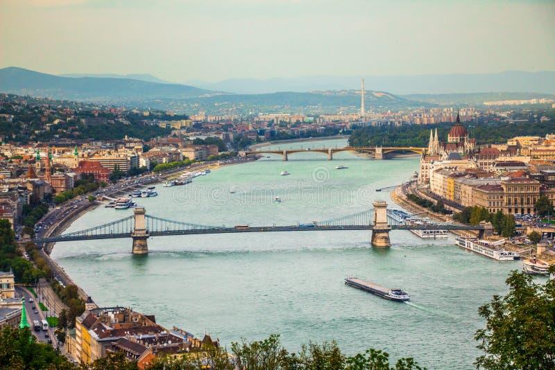 Opinión de la ciudad de Budapest en el parlamento y Margaret Island húngaros imagen de archivo libre de regalías