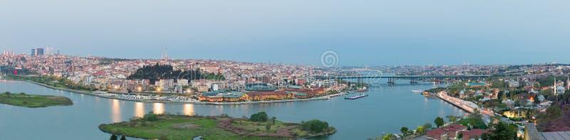 Opinión de la ciudad de Estambul de la estación en el tiempo de la oscuridad, distrito de Eyup, Estambul, Turquía de Pierre Loti  imagenes de archivo