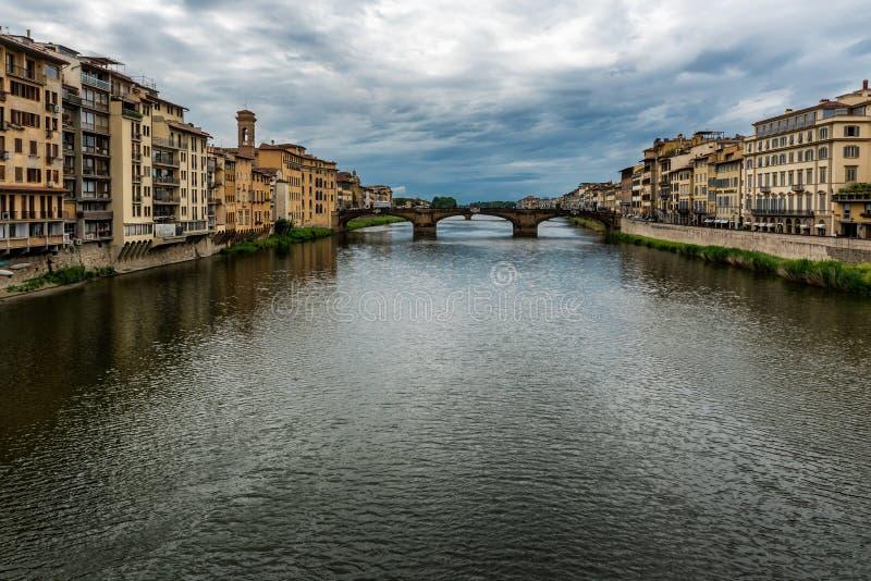 Opinión de la ciudad de Florencia o de Firenze sobre el río de Arno, Toscana, Italia imagen de archivo libre de regalías