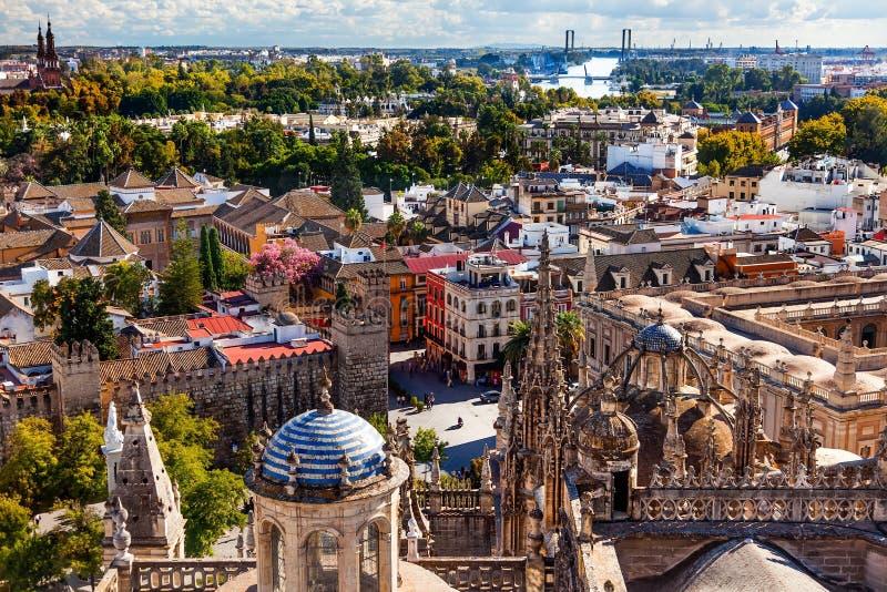 Opinión de la ciudad de la catedral España de Sevilla de la torre de Giralda imágenes de archivo libres de regalías