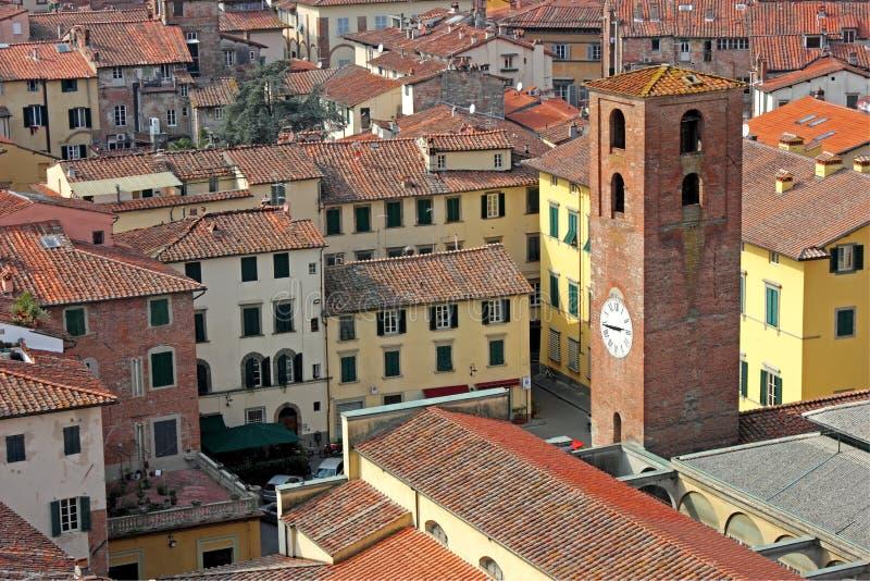 Opinión de la ciudad de Luca con la torre de reloj imagenes de archivo