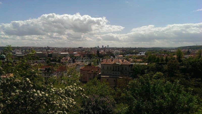 Opinión de la ciudad de Praga del jardín en las montañas imágenes de archivo libres de regalías