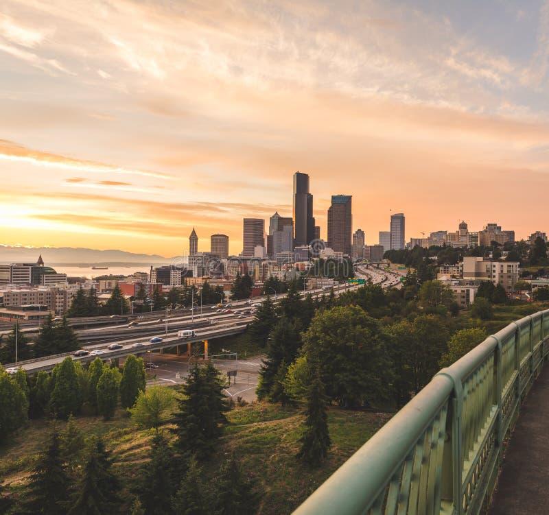 Opinión de la ciudad de Seattle debajo del cielo colorido foto de archivo