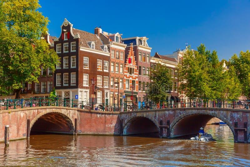 Opinión de la ciudad del canal, del puente y de típico de Amsterdam fotografía de archivo