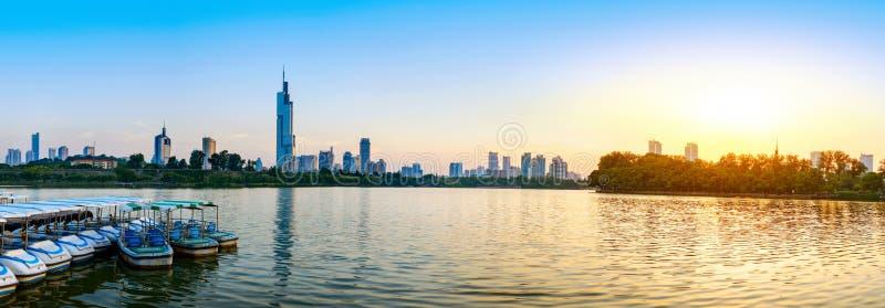 Opinión de la ciudad del lago nanjing Xuanwu imagenes de archivo
