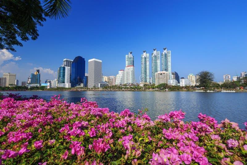 Opinión de la ciudad en el parque de Benjakitti, Bangkok, Tailandia imágenes de archivo libres de regalías