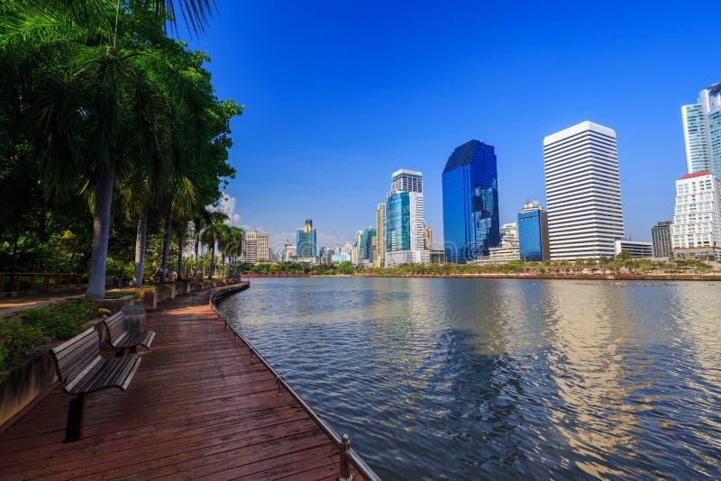 Opinión de la ciudad en el parque de Benjakitti, Bangkok, Tailandia fotografía de archivo