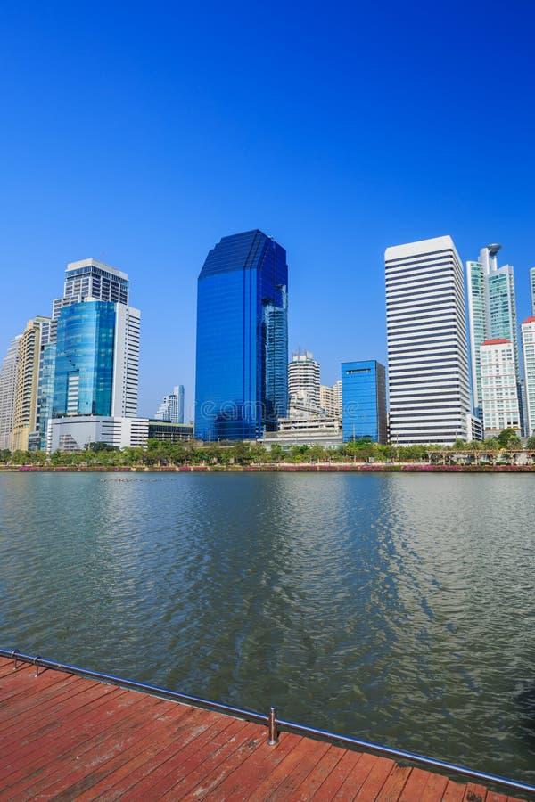 Opinión de la ciudad en el parque de Benjakitti, Bangkok, Tailandia imagen de archivo