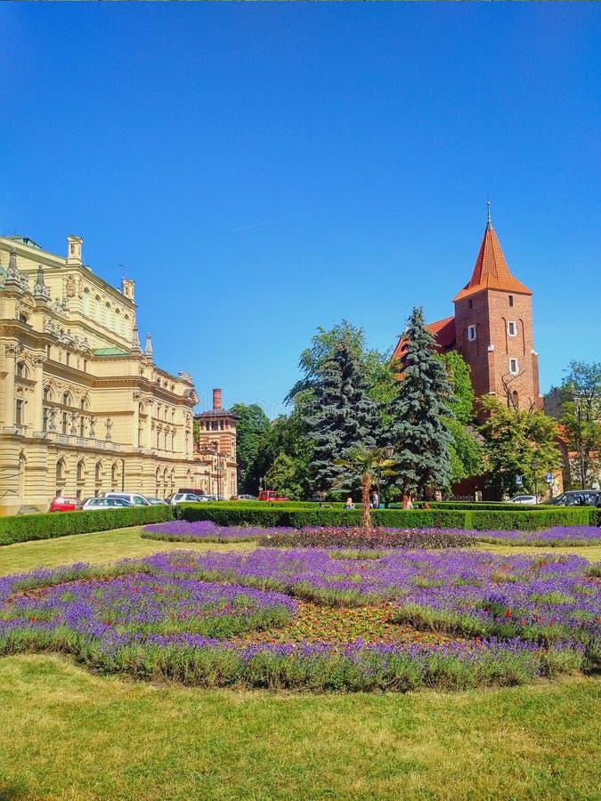 Opinión de la ciudad de Kraków - iglesia y teatro fotos de archivo