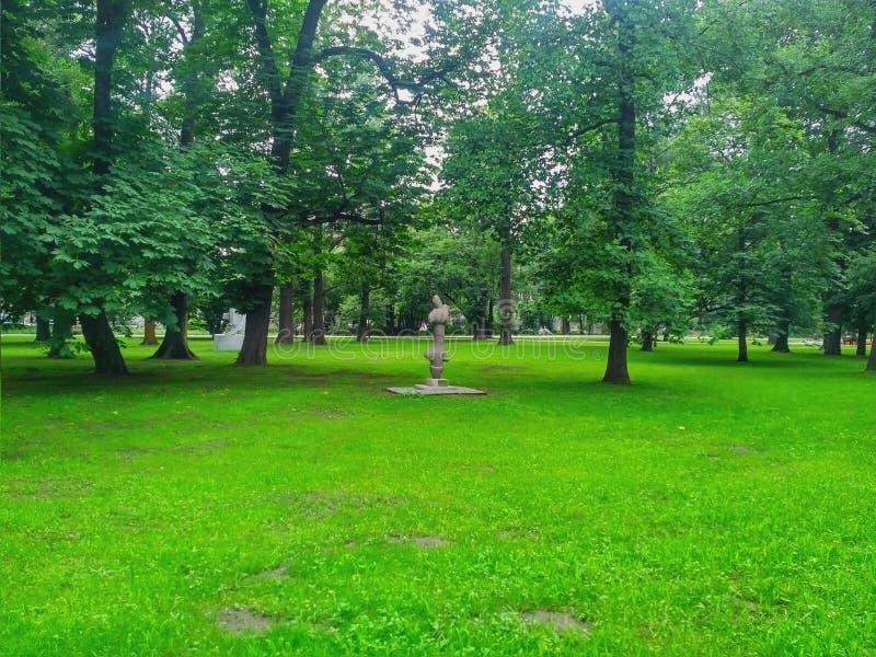 Opinión de la ciudad de Kraków - parque de Krakowsky imágenes de archivo libres de regalías