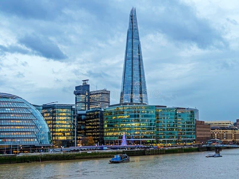 Opinión de la ciudad de Londres sobre el río Támesis del puente de la torre imágenes de archivo libres de regalías
