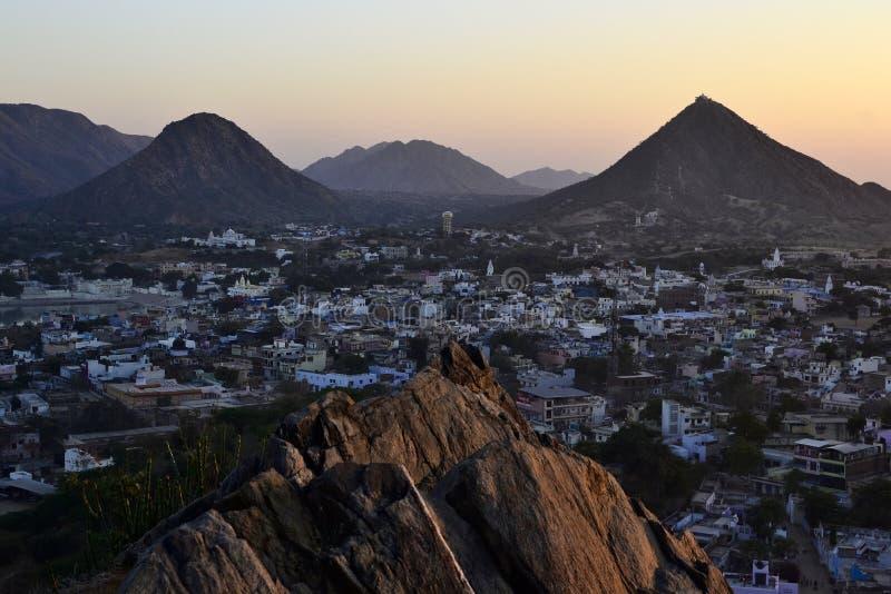 Opinión de la ciudad de Pushkar sobre puesta del sol foto de archivo