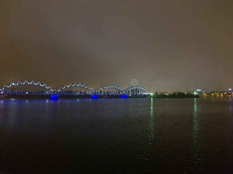opinión de la ciudad de Riga de la noche, Letonia imagen de archivo