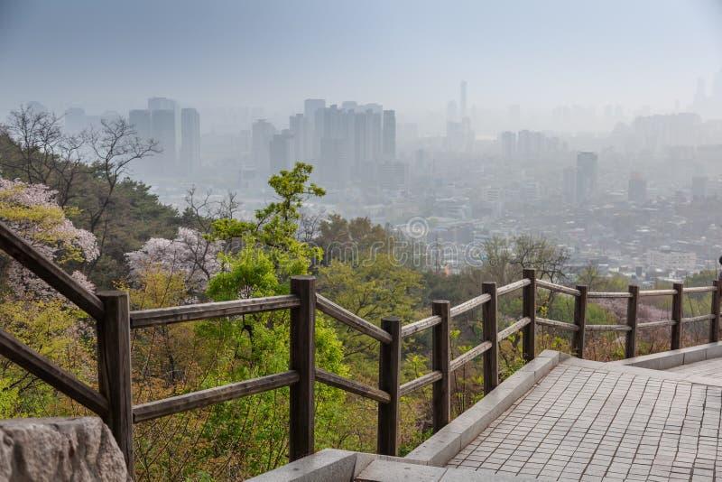 Opinión de la ciudad de Seúl, de la Corea del Sur desde arriba, paisaje urbano, niebla con humo y problemas con aire limpio y eco imagen de archivo