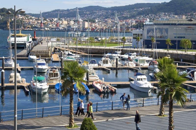 Opinión de la ciudad de Vigo con el puerto deportivo y el puerto imágenes de archivo libres de regalías
