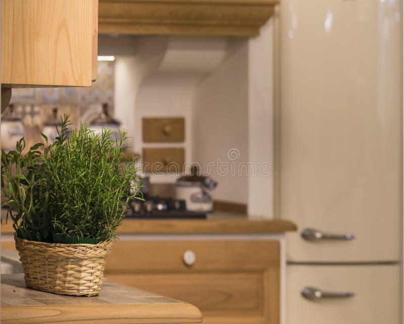 Opinión de la cocina con el primer de la cesta foto de archivo libre de regalías